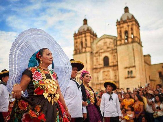 Se acerca la fiesta más grande Oaxaca: La Guelaguetza 2018, te contamos qué actividades habrá, cómo puedes comprar los boletos y cómo disfrutar de esta fiesta.