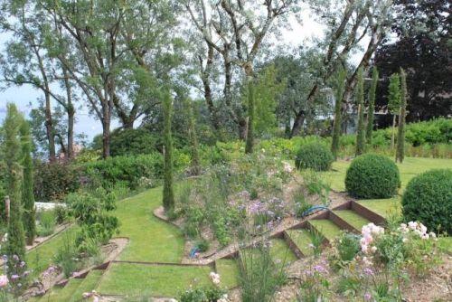 Amenagement Jardin En Pente Douce Comment Profiter Du Declin Du Terrain Amenagement Jardin En Pente Amenagement Jardin Jardin En Pente