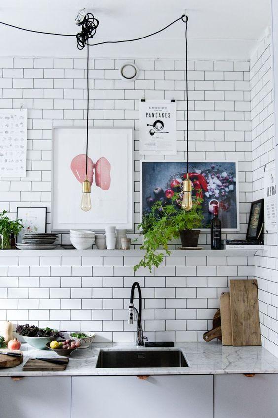Industriële keuken met witte tegelmuur, gouden light bulbs en ...