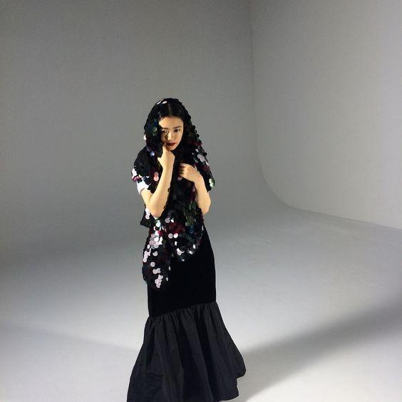 黒いマーメイドスタイルのドレスを着た杉咲花