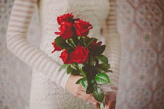 Ramo de novia de rosas rojas {Foto, Juno Producciones} #ramodenovia #bridalbouquet #tendenciasdebodas
