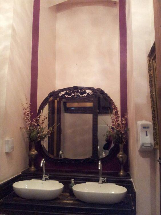 Banheiro de prédio antigo. Aproveitando o pé direito alto.