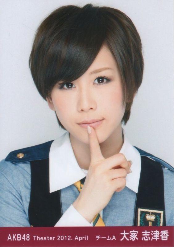 唇に指を置いているショートヘアの大家志津香の画像