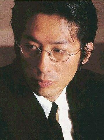 眼鏡をかけている真田広之