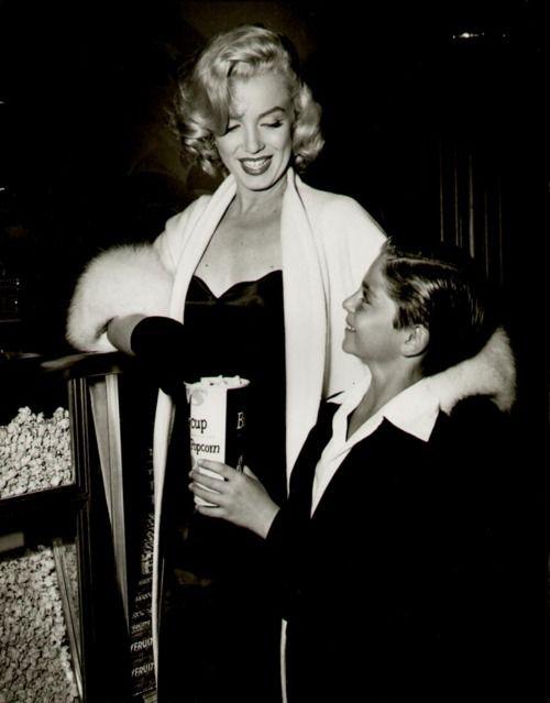 Marilyn Monroe sharing popcorn with a fan. ♥