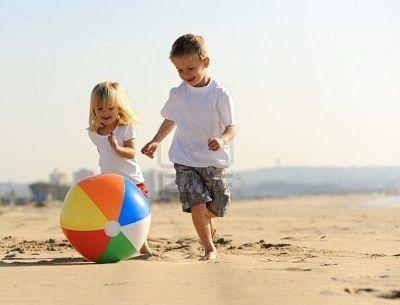 spelende kinderen op het strand - Google zoeken