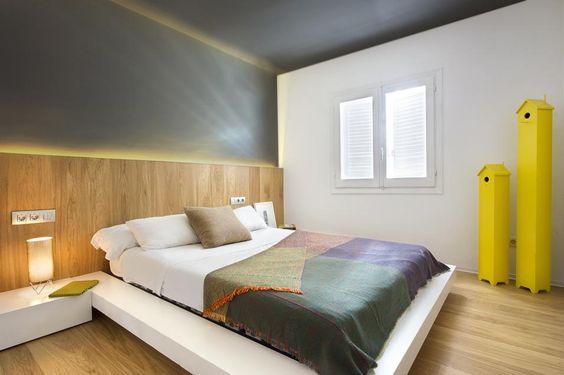 SOLUZIONI SU MISURA Una delle camere da letto al secondo livello. Per la testata del letto si sfrutta la boiserie in legno che corre lungo la parete, con illuminazione a scomparsa. Il perimetro sporgente del letto disegna i piani dei comodini, in un unica soluzione senz