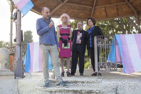 En la Glorieta de la Transexual Sonia, en el parque de la Ciutadella, el día de su homenaje en 2018. De izquierda a derecha, Eugeni Rodríguez, la artista y presentadora Brigitta Lamoure y Jordi Petit. Ajuntament de Barcelona
