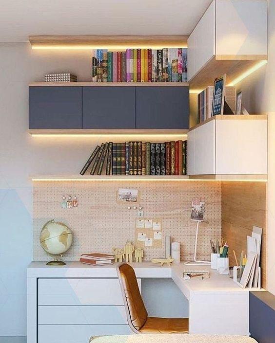 Um bom jeito de fazer a iluminação para home office é usando fitas de LED nas estantes.
