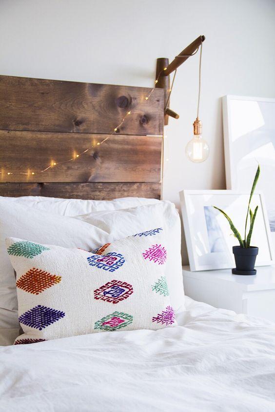Estilo Boho con cabecero de madera, lámpara sencilla DIY, guirnalda de luces y cojin de estampado étnico ☆:
