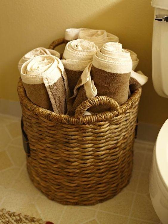 En la decoración de baños, es importante tener en cuenta los accesorios de baño, aquellos elementos decorativos que darán un poco de vida a un baño vacío. Si nuestro baño es pequeño, deberemos moderarnos un poco con este tipo de detalles para que no se vea demasiado abarrotado, mientras que si nuestro baño es grande, …