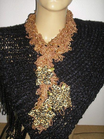 Cachecol marrom , fios de verao com tres flores  . R$40,00