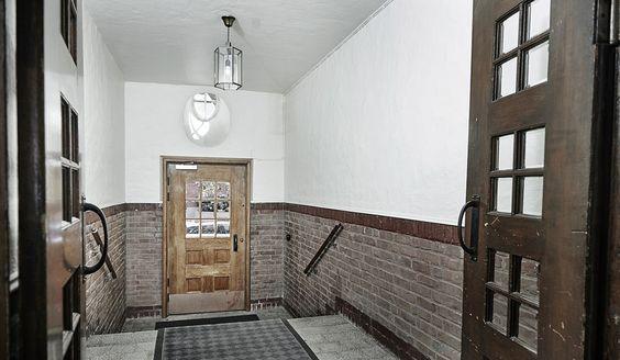 L'entrée de l'immeuble où se trouve ce bel appartement moderne au design scandinave