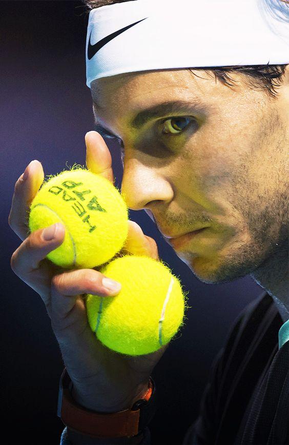 ボールを持っているラファエル・ナダル