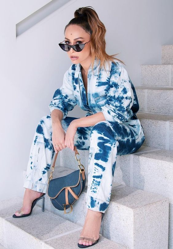 Sabrina Sato aposta na tendência tie dye em look jeans total