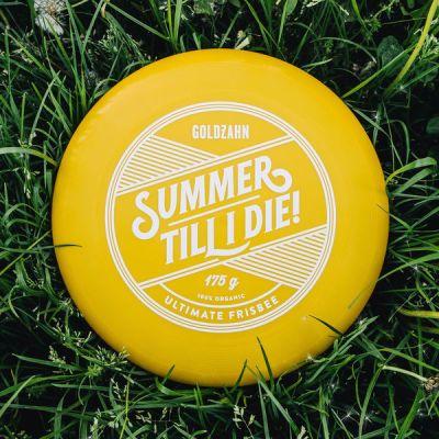 """Frisbee """"Summer till I die!""""  Dieses Bio-Frisbee besteht aus nachwachsenden Rohstoffen ohne Öl und ist zu 100% biologisch abbaubar. Dennoch bietet es die selbe Flug-Qualität wie herkömmliche Sport-Frisbees. Exzellente Flugeigenschaften über 100 Meter garantiert! Limitiert auf 50 Stück! Eurodisc Ultimate Standard Größe/Maße/Gewicht Durchmesser: 27,5cm Gewicht: 175g"""