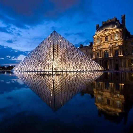 A Pirâmide do Louvre, em Paris. Projeto de I.M. Pei #architecture #arquitetura #arte #artes #arts #art #artlover #design #architecturelover #instagood #instacool #instadaily #design #projetocompartilhar #davidguerra #arquiteturadavidguerra #shareproject #glass #vidro #transparency #transparencia #louvrepyramid #louvremuseum #piramidedolouvre #museedulouvre #museudolouvre #louvre #paris #france #frança #impei