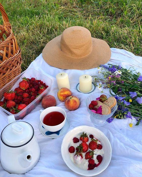 Я Алина 🌱 Загляни в мой Дом! в Instagram: «Самое классное летом для меня — устроить чаепитие на свежем воздухе 💛🦋 Нарвать ароматный полевой букет, собрать сладкие ягоды и…»
