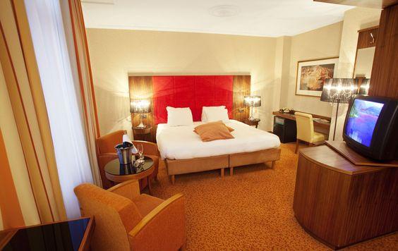 Royal Suite. Een heerlijk royale suite met als toppunt van romantiek een geweldig tweepersoons bubbelbad! De kamer is stijlvol ingericht, en beschikt over comfortabele badjassen en slippers en koffie- en theefaciliteiten.
