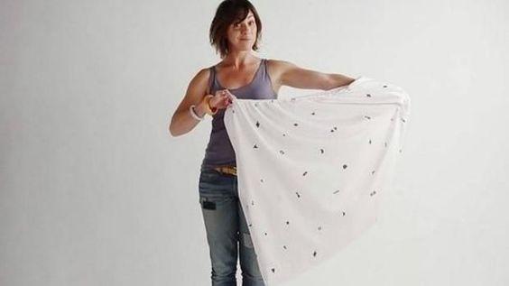 El peor enemigo del hogar es, con diferencia, la sábana bajera. Mientras las demás sábanas se comportan y se pliegan con facilidad, esta caprichosa sábana de puntas redondas y elásticas se resiste a ser doblada.