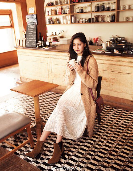 カフェでチルしている新木優子さん