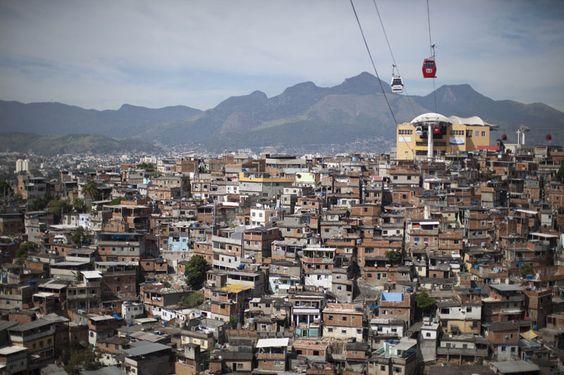 El teleférico cruza por la favela de Complexo do Alemao, lugar donde la policía militar está reemplazando al ejército que patrullaban la zona, en Río de Janeiro, Brasil (Foto AP / Felipe Dana)