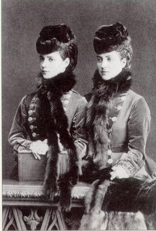 デンマーク王女2人、将来の英皇后と露皇后。 Sisters Princess Alexandra, the future Queen of the United Kingdom and Princess Dagmar of Denmark, future Empress of Russia. Hence the similarities of their sons, King George V and Tsar Nicholas II.