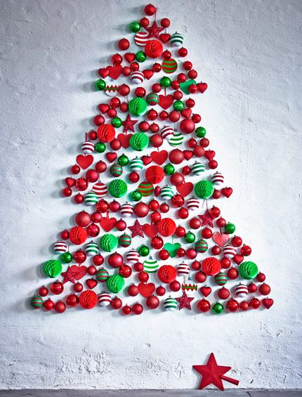 Bolas decorativas rojas y verdes con forma de árbol de Navidad