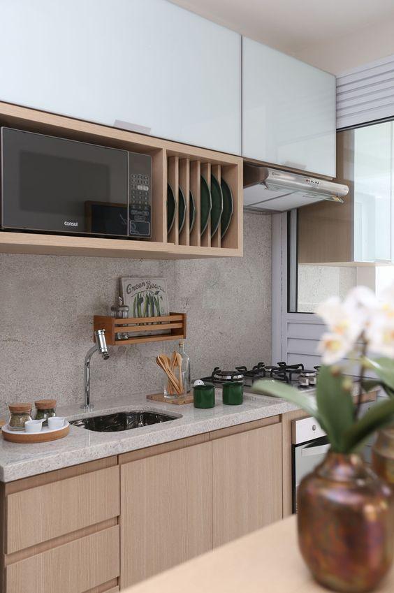 Cozinha pequena combina com armários claros. Os modelos altos, são espaçosos e modernos.: