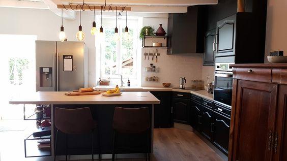 Cuisine Vintage Renovee Noir Mat Avec Ilot Central Et Plan De Travail Stratifie Sur Mesure Faience Bakerstreet Plan De Travail Su Kitchen Breakfast Bar Decor