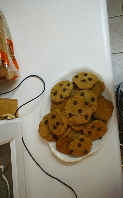 48 yummy peanut butter cookies. it calls for 3dozen but makes 4. I did half chocolate chips. HERES THE WEB SITE : http://allrecipes.com/Recipe/Best-Peanut-Butter-Cookies-Ever/Detail.aspx?evt19=1&referringHubId=2821&scale=36&ismetric=0