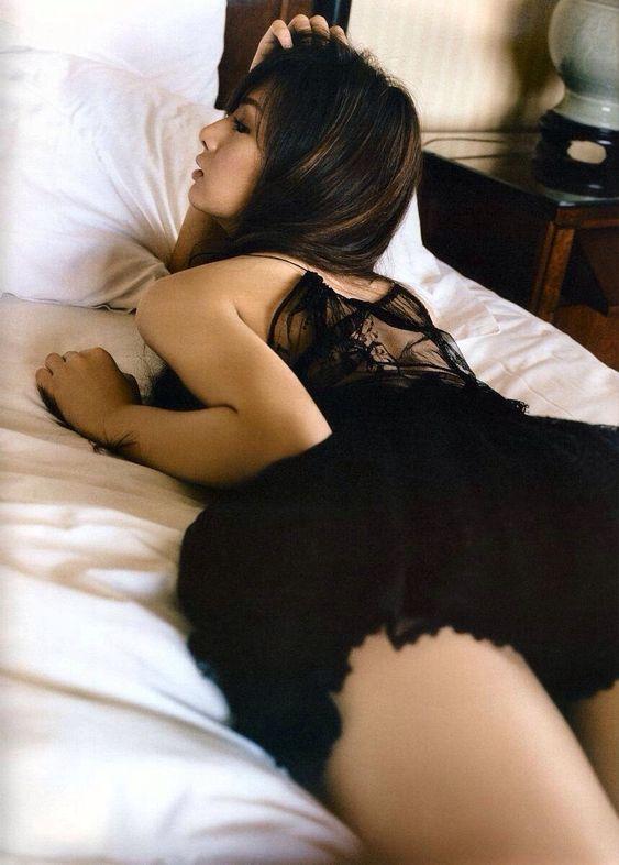 ベッドに横たわる北川景子