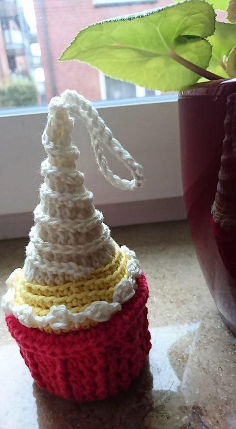 Hier kommt eine herrliche Weihnachtskerze für den Christbaum zum Aufhängen! Hübsch und dekorativ glänzt ...