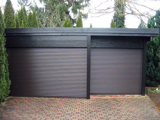 #Rolltore wie man sieht müssen nicht immer an einer Hausfassade sein, hier ein freistehender #Carport aus #Holz mit dunkelbraunen #Aluminium #Lamellen