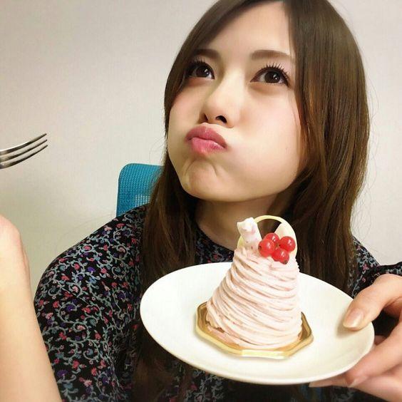 ケーキを食べる白石麻衣