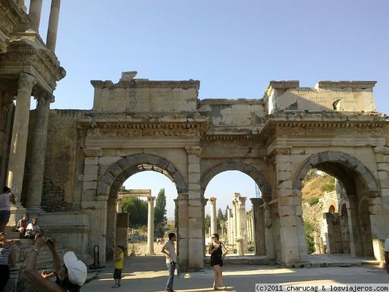 Efeso, puertas Otra de las ciudades romanas que jalonaron la costa turca. Aquí podemos admirar una de sus puertas.