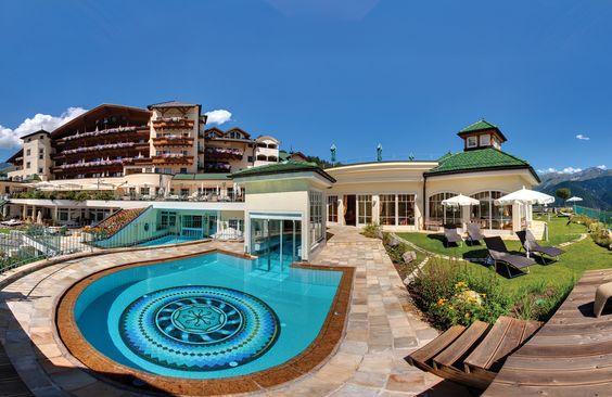 Solepool mit Feng-Shui-Garten und Hotel im Hintergrund