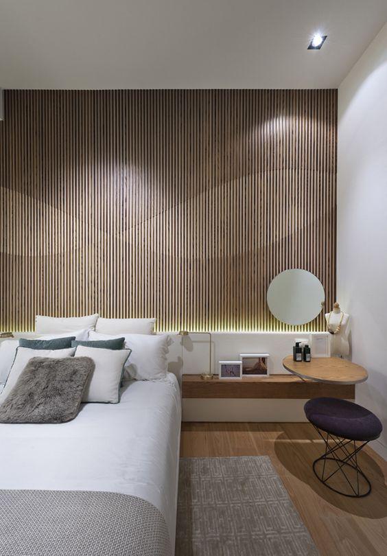 Quarto com painel de madeira e iluminação!: