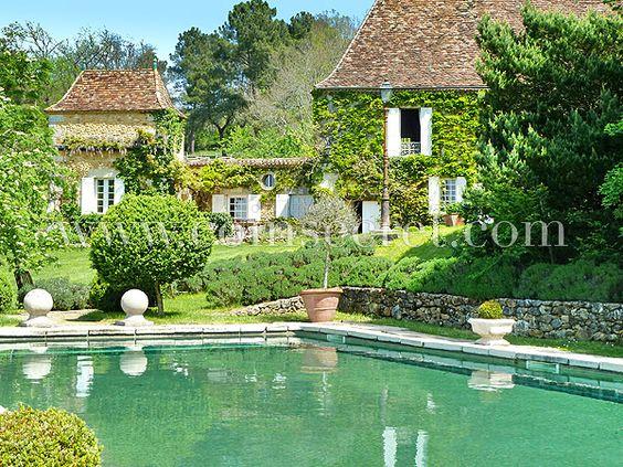 Location de vacances dans le Périgord Vert, près de Bergerac, pour 10 personnes avec piscine privée et parc de 16 hectares. Idéal pour des vacances en famille ou entre amis. Vacation rental in Dordogne, France with private pool.