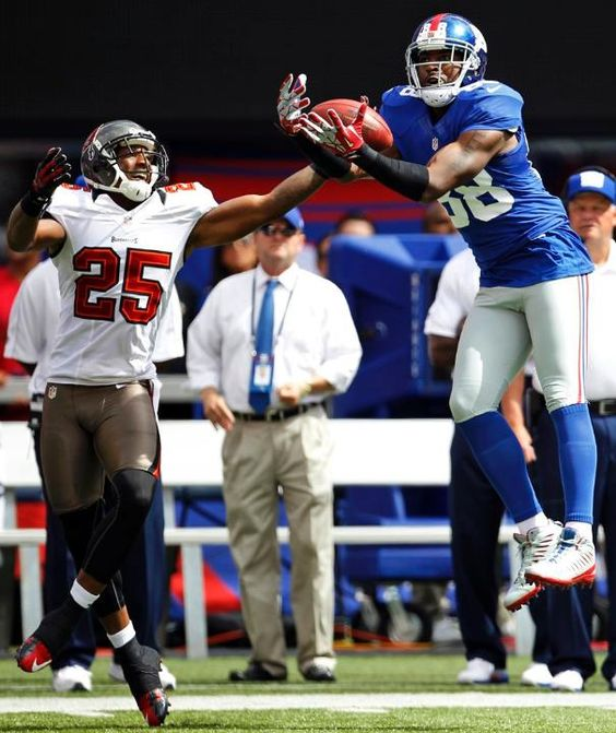 New York Giants WR Hakeem Nicks catches a ball in front of Tampa Bay Buccaneers CB Aqib Talib.