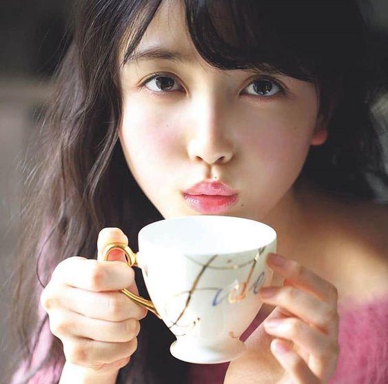 お茶を飲む久保史緒里