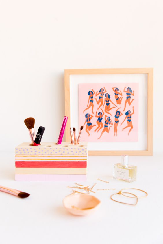 Put My Blush Down, Flip It and Reverse It: How to Make a (Reversible) DIY Makeup Organizer