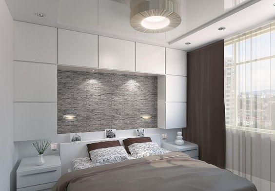 kleines schlafzimmer in Weiß, Grau und Braun - Stauraum über dem - schlafzimmer mit bettüberbau