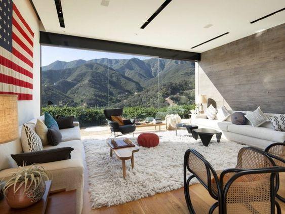 salon ultra moderne avec des fentres panoramiques tapis shaggy blanc deux canaps blancs et - Salon Ultra Moderne