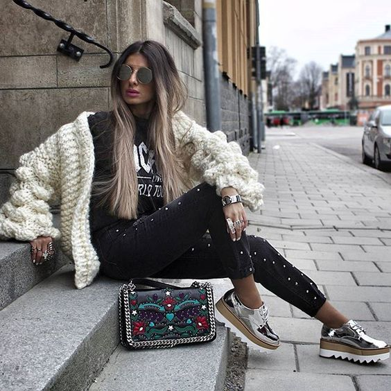 Obsessing over this super cozy knit fr @mumshandmade 🙊💖💗 #ootd #stylebynelli #blackandwhite #knit #knittersofinstagram #knitwear #cozy #sneakers #brogues #denim #blogg #streetstyle