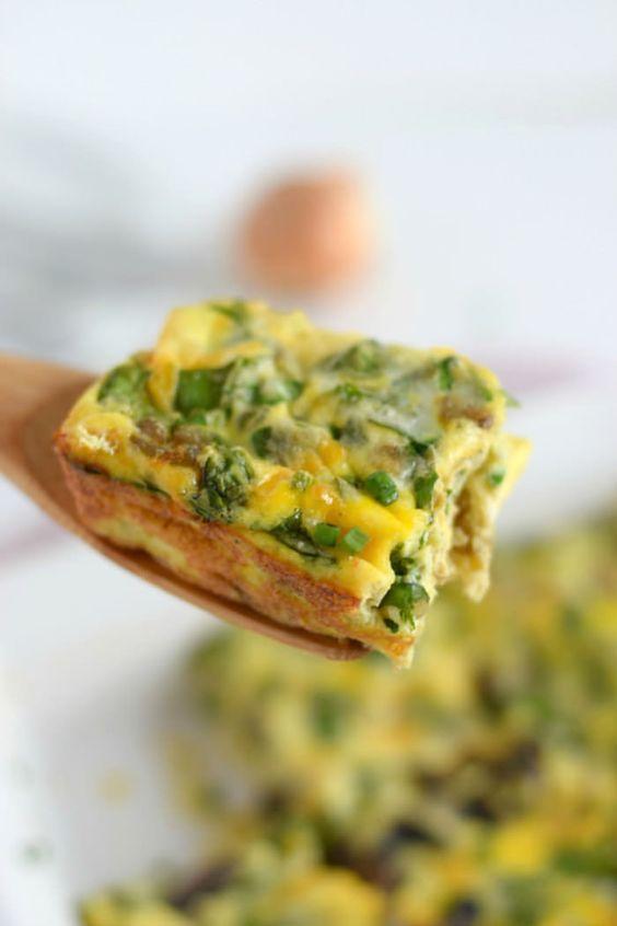 A delicious Spinach, Mushroom & Onion Breakfast Frittata recipe // Lynzy & Co.