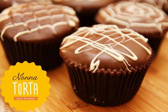 Pão de Mel: Cupcake com massa de pão de mel recheado com doce de leite e decorado com cobertura de chocolate