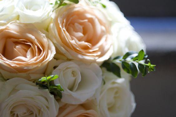 Bruidsboeket met perzikkleur en witte Rozen