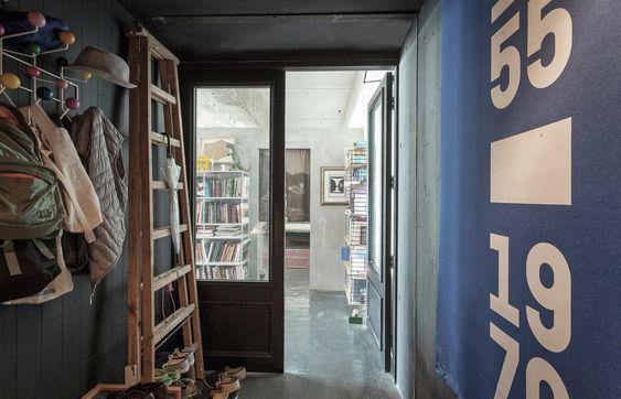 L'entrata... è una casa? Una galleria d'arte? Di sicuro è un luogo con una storia...