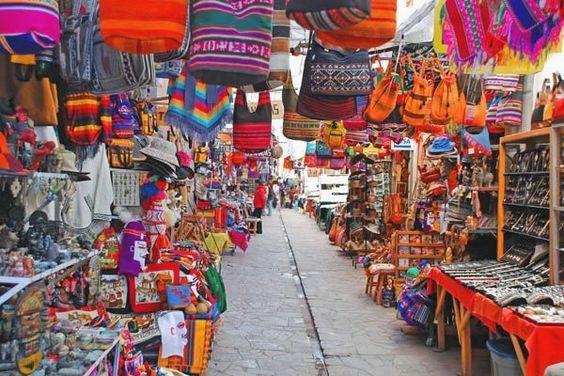 Pisac market, Cuzco, Peru  Un pueblo pintoresco en las afueras de Cuzco tiene un mercado artesiano famoso  Peru Travel  हमारे ब्लॉग में अधिक जानकारी  https://storelatina.com/peru/travelling #ទួរគី #پیرو #トルコ #recetas